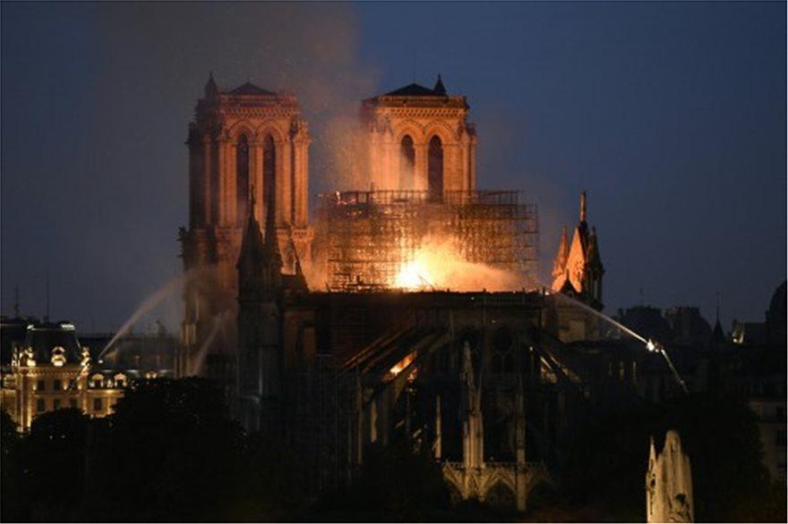 Παναγία των Παρισίων: Τεράστια καταστροφή - Σώθηκαν το κύριο κτίσμα και οι πύργοι - Φωτογραφία 5