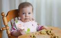 Baby-led Weaning: Η δημοφιλής μέθοδος που λέγεται ότι προλαμβάνει την παιδική παχυσαρκία