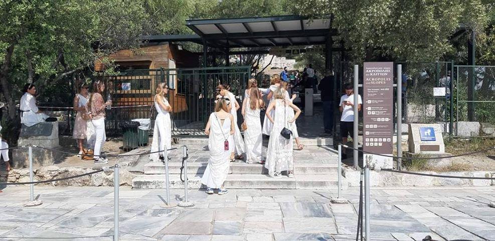 Ακρόπολη: «Πόρτα» σε Γερμανίδες τουρίστριες επειδή φορούσαν αρχαιοελληνική ενδυμασία - Φωτογραφία 2