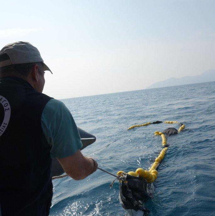 Επαναστατική τράτα σαρώνει πλαστικά απορρίμματα από τα νερά του Αιγαίου (pics) - Φωτογραφία 2