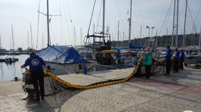 Επαναστατική τράτα σαρώνει πλαστικά απορρίμματα από τα νερά του Αιγαίου (pics) - Φωτογραφία 3