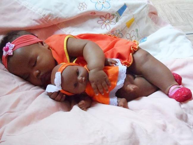 Παιδιά τα οποία είναι ολόιδια με τις κούκλες τους!! (Φωτογραφίες) - Φωτογραφία 9