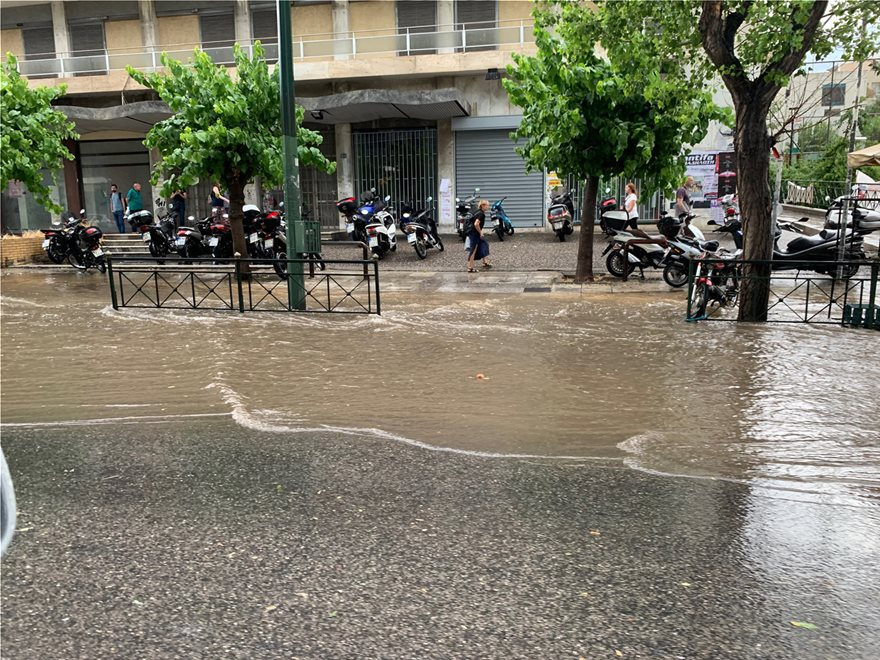 Σφοδρή καταιγίδα έπληξε την Αττική: Ποτάμια οι δρόμοι - Προβλήματα στην κυκλοφορία - Φωτογραφία 8