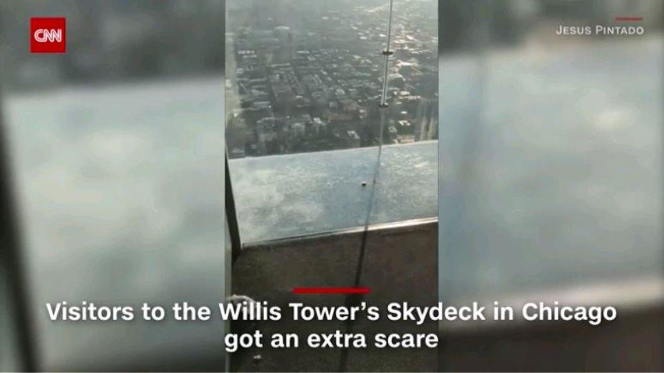 Όταν ο εφιάλτης γίνεται πραγματικότητα: Εσπασε το γυάλινο πάτωμα σε ουρανοξύστη του Σικάγο! - Φωτογραφία 1