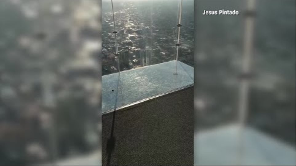 Όταν ο εφιάλτης γίνεται πραγματικότητα: Εσπασε το γυάλινο πάτωμα σε ουρανοξύστη του Σικάγο! - Φωτογραφία 2