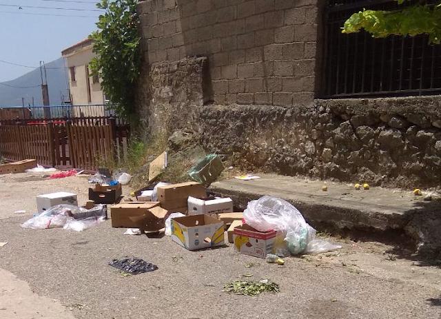 Σκουπίδια και μυρωδιές μετά την ολοκλήρωση της λαϊκής αγοράς στην ΚΑΤΟΥΝΑ - Φωτογραφία 1