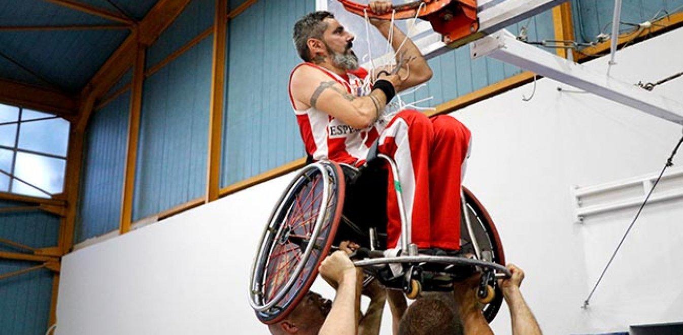 Συγκλονιστική στιγμή: Αθλητής της Δωδεκανήσου με αμαξίδιο σηκώνεται στα χέρια για να κόψει το διχτάκι - Φωτογραφία 1