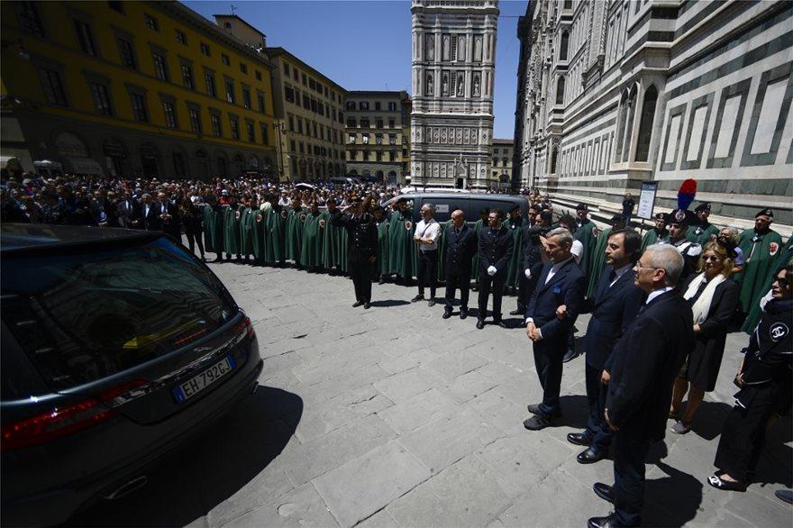 Χιλιάδες κόσμου αποχαιρέτησαν τον Φράνκο Τζεφιρέλι στη Φλωρεντία - Φωτογραφία 1