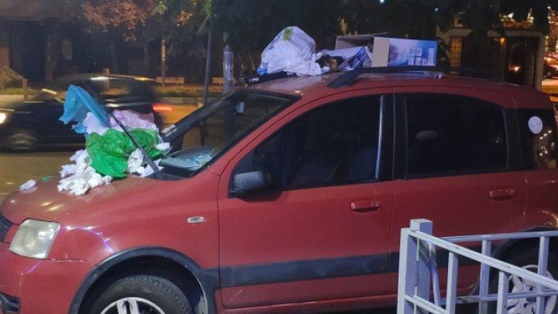 Πάρκαρε το αυτοκίνητό του σε πεζοδρόμιο και το γέμισαν με σκουπίδια - Φωτογραφία 1