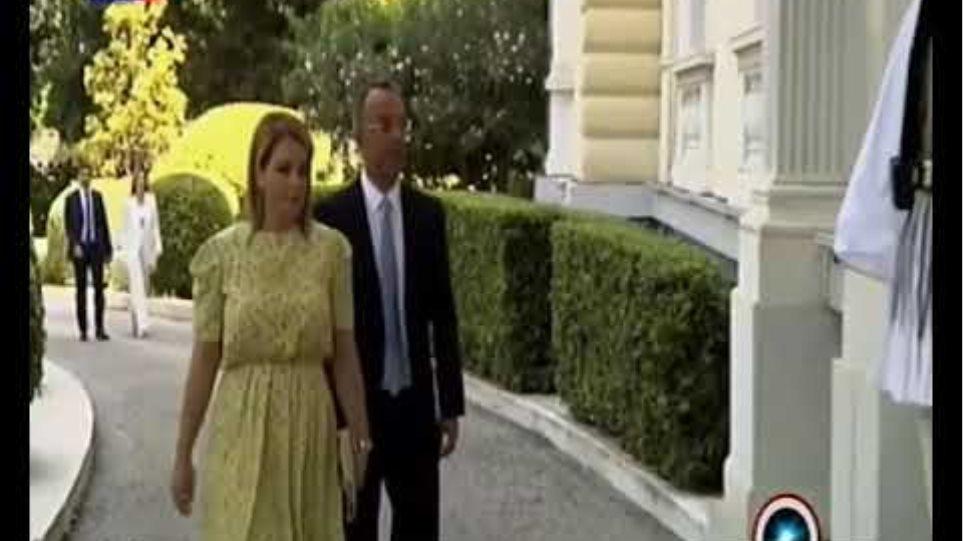 ΕΡΤ: Με χλεύη και... πριγκιπικό βαλς υποδέχθηκαν η Ακριβοπούλου και ο σκηνοθέτης της τη νέα κυβέρνηση - Φωτογραφία 1