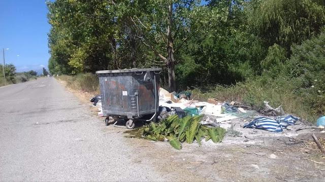 Αφημένα μπάζα και σκουπίδια δίπλα από κάδο απορριμμάτων, κοντά στο ΜΥΤΙΚΑ -ΦΩΤΟ - Φωτογραφία 1