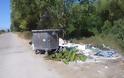 Αφημένα μπάζα και σκουπίδια δίπλα από κάδο απορριμμάτων, κοντά στο ΜΥΤΙΚΑ -ΦΩΤΟ - Φωτογραφία 2