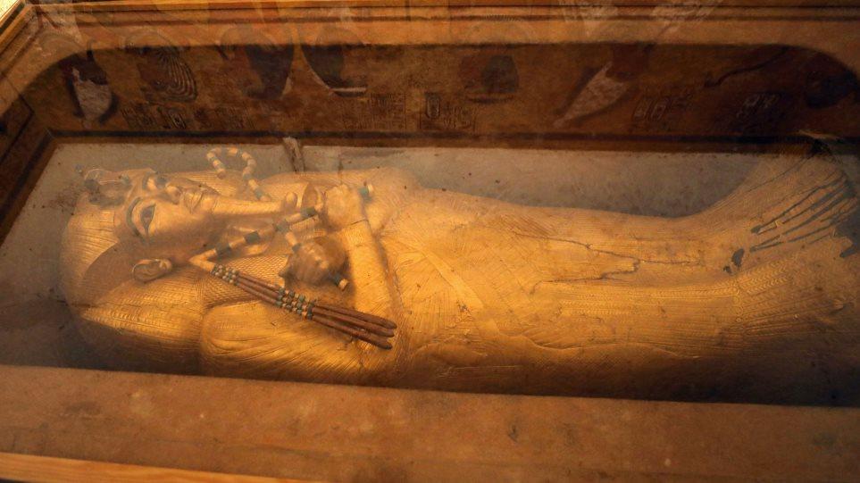 Η επίχρυση σαρκοφάγος του Τουταγχαμών συντηρείται για πρώτη φορά στην ιστορία της - Φωτογραφία 1