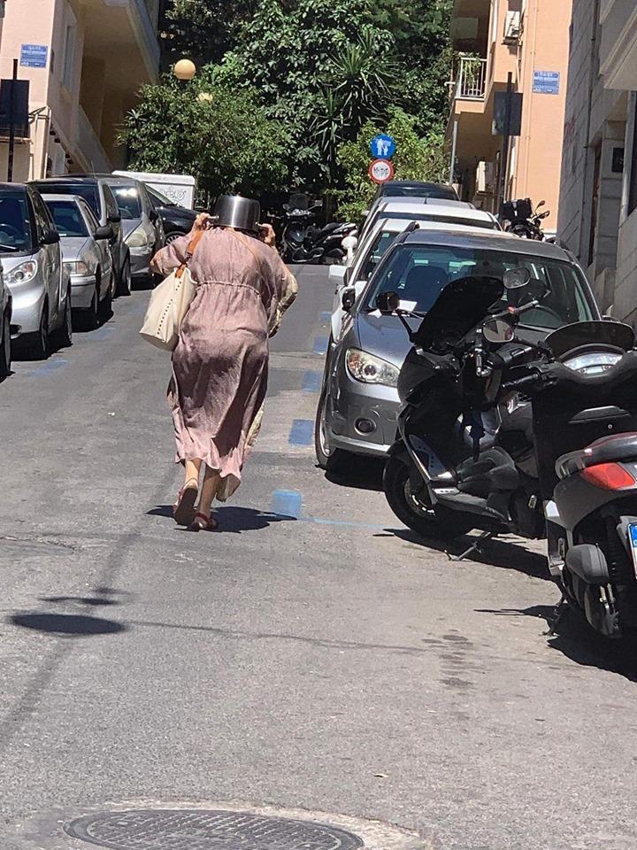 Κορυφαία φωτογραφία του σεισμού: Γυναίκα με κατσαρόλα στο κεφάλι για να προστατευθεί από τον σεισμό!!! - Φωτογραφία 2