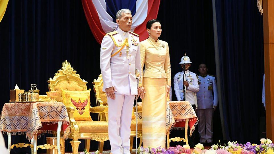Ο «βασιλιάς με το μπουστάκι» παρουσίασε στο λαό την ερωμένη του έχοντας δίπλα του τη βασίλισσα σύζυγό του - Φωτογραφία 1