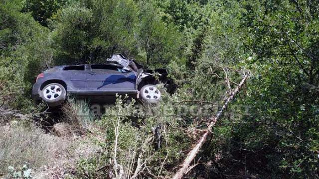 Ζωντανός ανασύρθηκε υπερήλικας οδηγός από τη Γαβαλού που έπεσε σε γκρεμό - Φωτογραφία 1