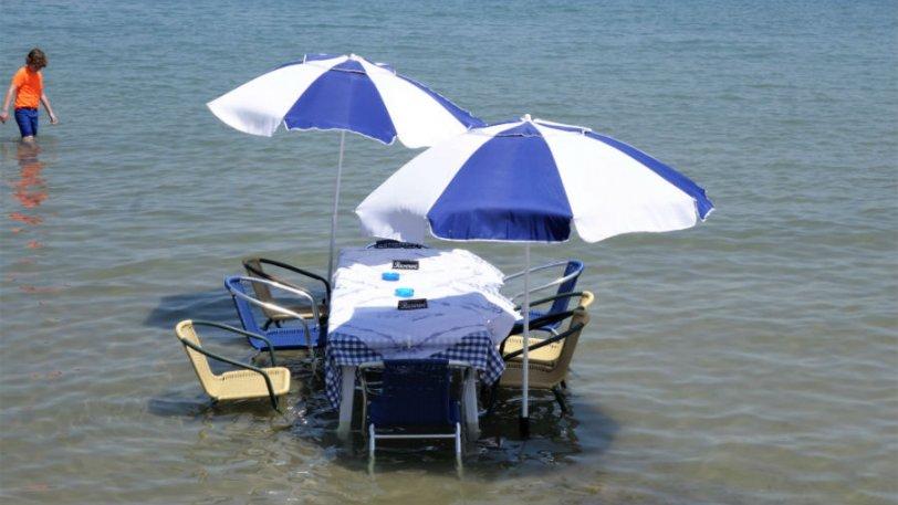 Ταβέρνα έχει τραπέζι μέσα στην θάλασσα - Φωτογραφία 1