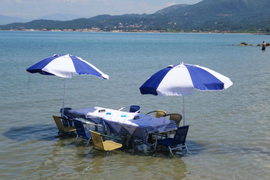 Ταβέρνα έχει τραπέζι μέσα στην θάλασσα - Φωτογραφία 5