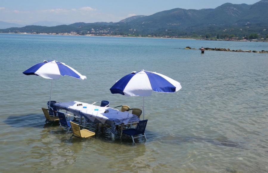 Ταβέρνα έχει τραπέζι μέσα στην θάλασσα - Φωτογραφία 6