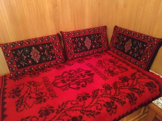Μετσοβίτικα υφαντά και μαξιλάρια σε σπίτι στην Μηλιά  Μετσόβου 2019 - Φωτογραφία 2