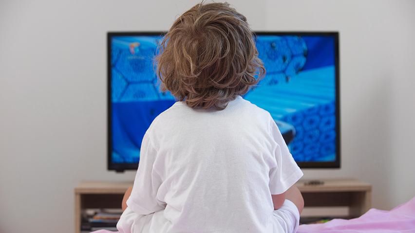 Όσο αυξάνεται ο χρόνος μπροστά σε οθόνες, τόσο χειροτερεύει η συμπεριφορά των παιδιών - Φωτογραφία 1