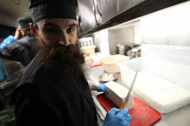 12396 - Προετοιμάζοντας την πανηγυρική Τράπεζα σε Αγιορειτικό μοναστήρι. Φωτογραφίες από το μαγειρειό και την κουζίνα - Φωτογραφία 12