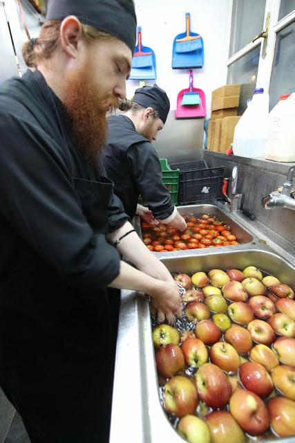 12396 - Προετοιμάζοντας την πανηγυρική Τράπεζα σε Αγιορειτικό μοναστήρι. Φωτογραφίες από το μαγειρειό και την κουζίνα - Φωτογραφία 15