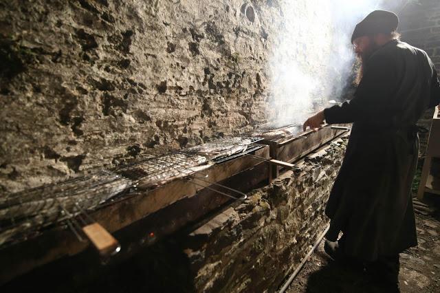 12396 - Προετοιμάζοντας την πανηγυρική Τράπεζα σε Αγιορειτικό μοναστήρι. Φωτογραφίες από το μαγειρειό και την κουζίνα - Φωτογραφία 28