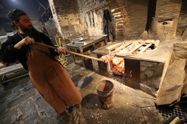 12396 - Προετοιμάζοντας την πανηγυρική Τράπεζα σε Αγιορειτικό μοναστήρι. Φωτογραφίες από το μαγειρειό και την κουζίνα - Φωτογραφία 32