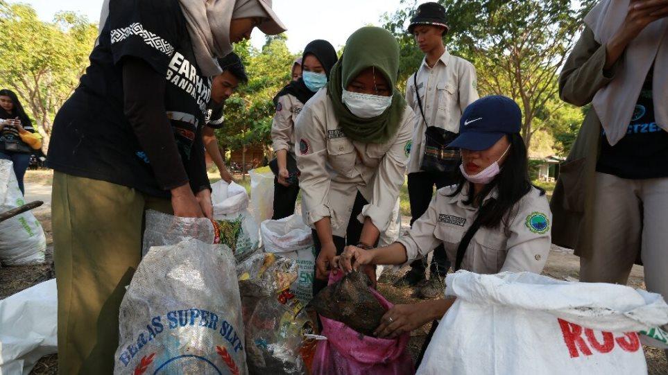 Δεκάδες χιλιάδες Ινδονήσιοι στις παραλίες για να μαζέψουν τα σκουπίδια - Φωτογραφία 1