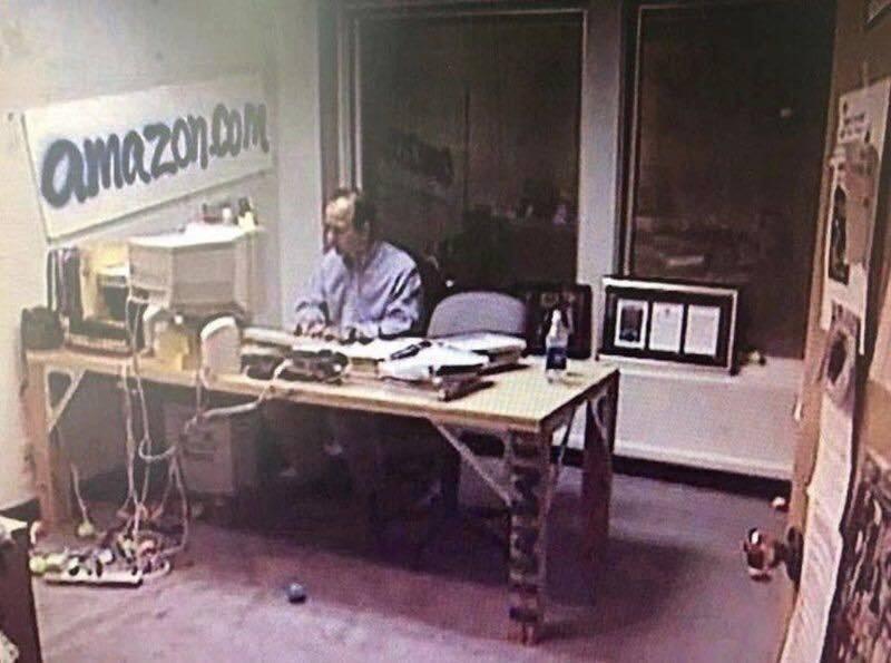 Αυτό ήταν το γραφείο του το 1999… Πώς είναι σήμερα; - Φωτογραφία 1
