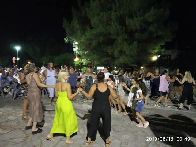 Γεμάτη κόσμο η πλατεία στο Γλέντι στο ΔΡΥΜΟ Βόνιτσας | ΦΩΤΟ - Φωτογραφία 1