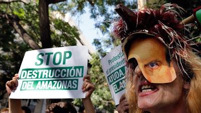 Διαδηλωτές στους δρόμους ευρωπαϊκών πόλεων για τη διάσωση «του πνεύμονα του πλανήτη που καίγεται» - Φωτογραφία 1