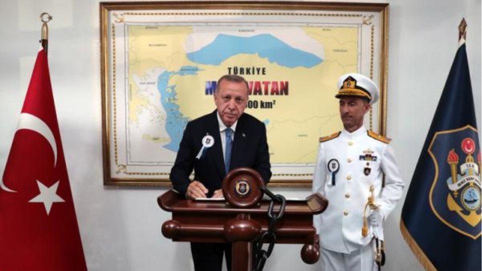Νέα πρόκληση από Ερντογάν: Φωτογραφίζεται σε χάρτη που δείχνει τουρκικό το μισό Αιγαίο - Φωτογραφία 1