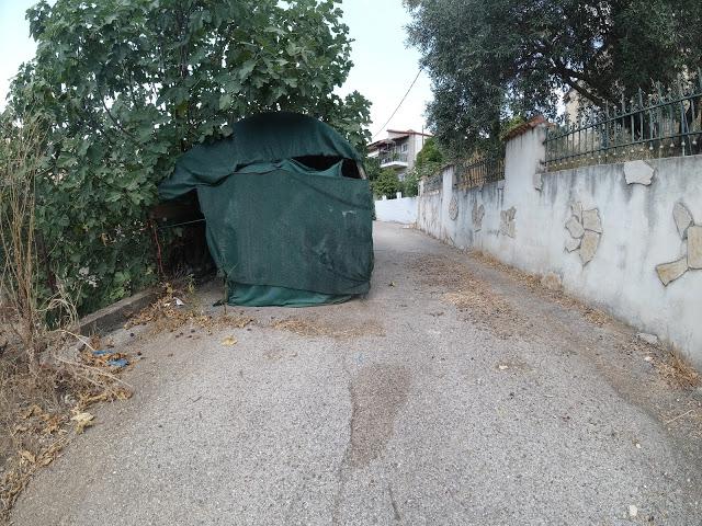 ΚΑΡΑΪΣΚΑΚΗ Ξηρομέρου: Κάτοικος έφτιαξε αυθαίρετα στέγαστρο στάθμευσης, καταλαμβάνοντας το μισό δρόμο!!! - Φωτογραφία 1