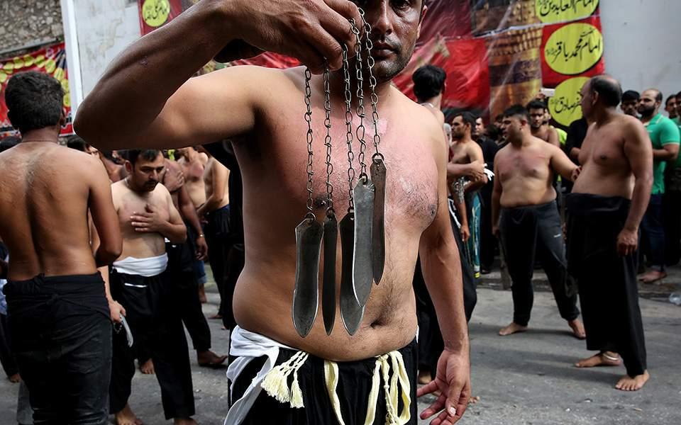 Αυτομαστιγωμάτα στον Πειραιά για την σιιτική γιορτή της Ασούρα (φωτογραφίες) - Φωτογραφία 1