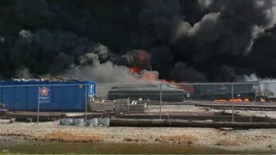Στις φλόγες τρένο που εκτροχιάστηκε - Φωτογραφία 1