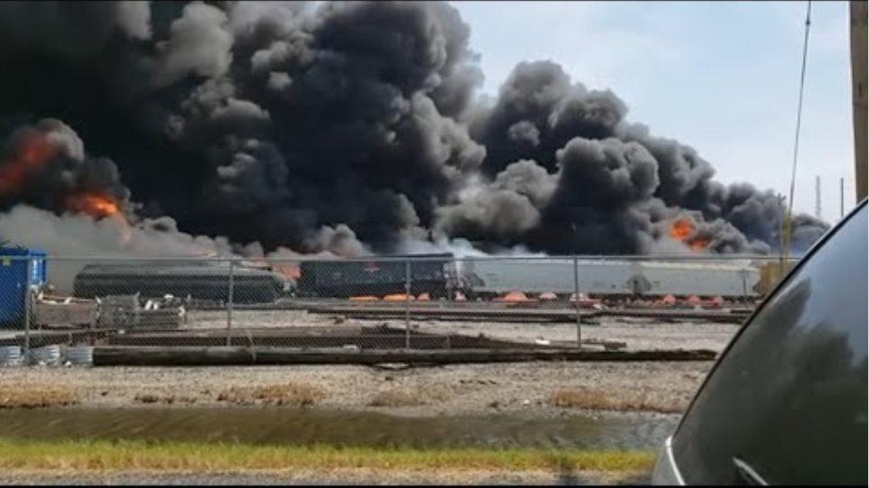 Στις φλόγες τρένο που εκτροχιάστηκε - Φωτογραφία 2