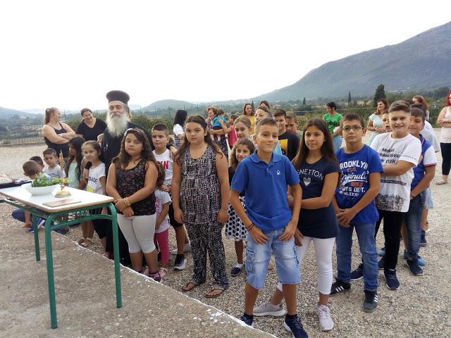 Αγιασμός και πρώτο κουδούνι στο Δημοτικό Σχολείο ΑΕΤΟΥ Ξηρομέρου [ΦΩΤΟ] - Φωτογραφία 1