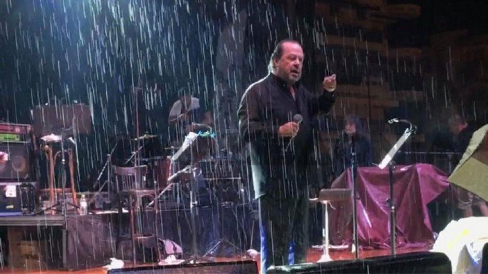 O Γιάννης Πάριος τσακώθηκε σε συναυλία του με τον Δήμαρχο Συκεών Νεάπολης - Φωτογραφία 1