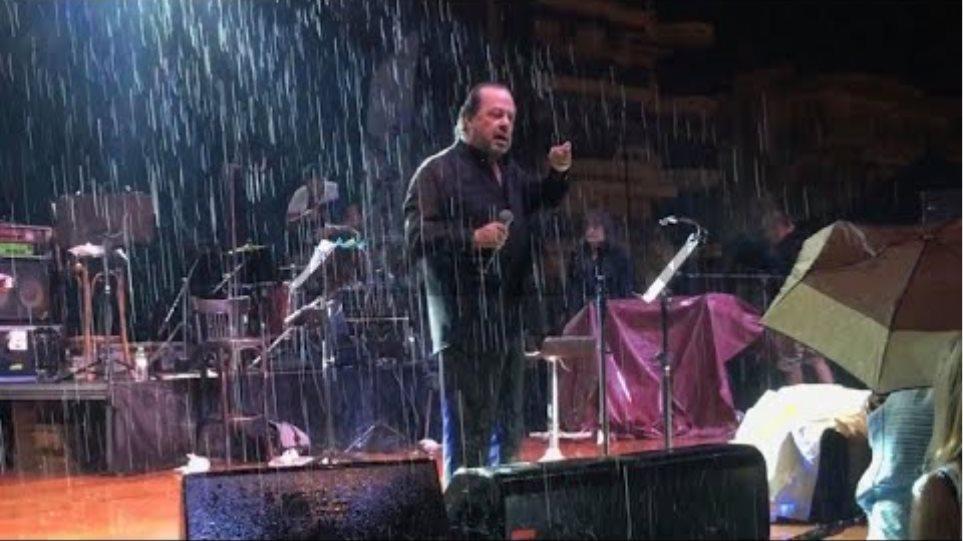 O Γιάννης Πάριος τσακώθηκε σε συναυλία του με τον Δήμαρχο Συκεών Νεάπολης - Φωτογραφία 2