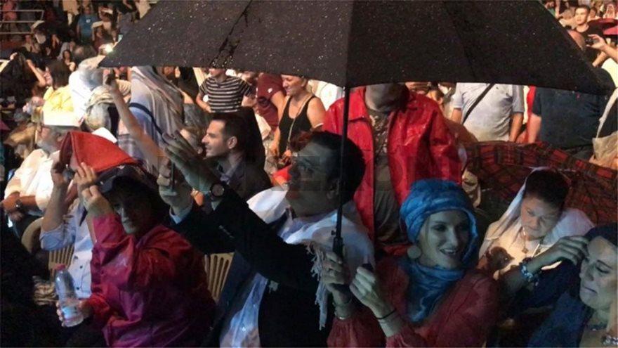 O Γιάννης Πάριος τσακώθηκε σε συναυλία του με τον Δήμαρχο Συκεών Νεάπολης - Φωτογραφία 3
