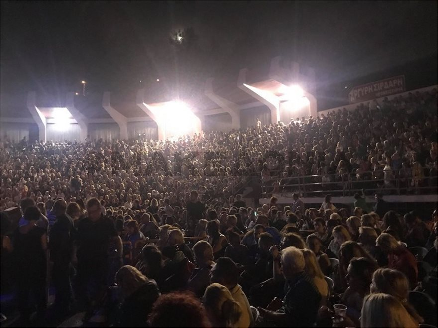 O Γιάννης Πάριος τσακώθηκε σε συναυλία του με τον Δήμαρχο Συκεών Νεάπολης - Φωτογραφία 4