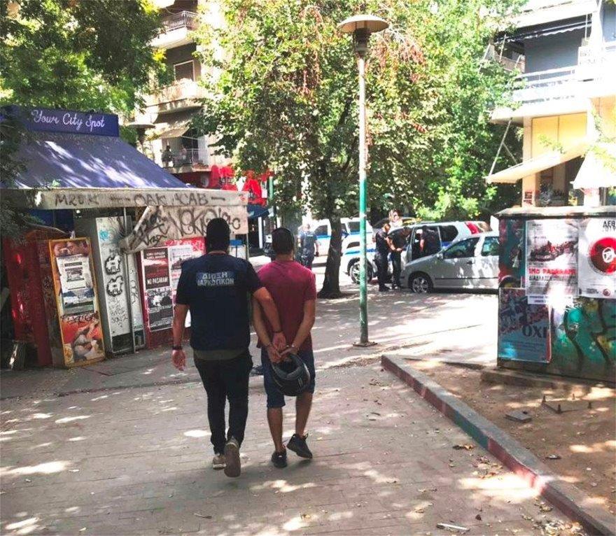 Επιχείρηση της αστυνομίας στα Εξάρχεια: 11 προσαγωγές για ναρκωτικά - Φωτογραφία 1