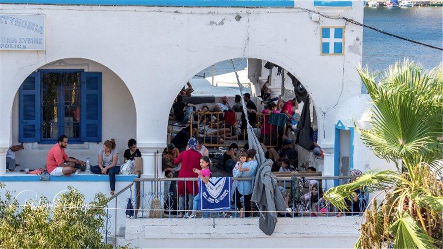 Σε οριακό σημείο η Σύμη: Αστυνομικό τμήμα και λιμεναρχείο έχουν μετατραπεί σε άτυπα «hot spot» – Εικόνες - Φωτογραφία 4