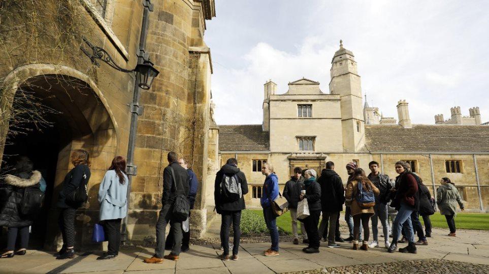 Βρετανία: Μέχρι και δυο χρόνια θα μπορούν να μείνουν στη χώρα οι ξένοι φοιτητές μετά την αποφοίτησή τους - Φωτογραφία 1