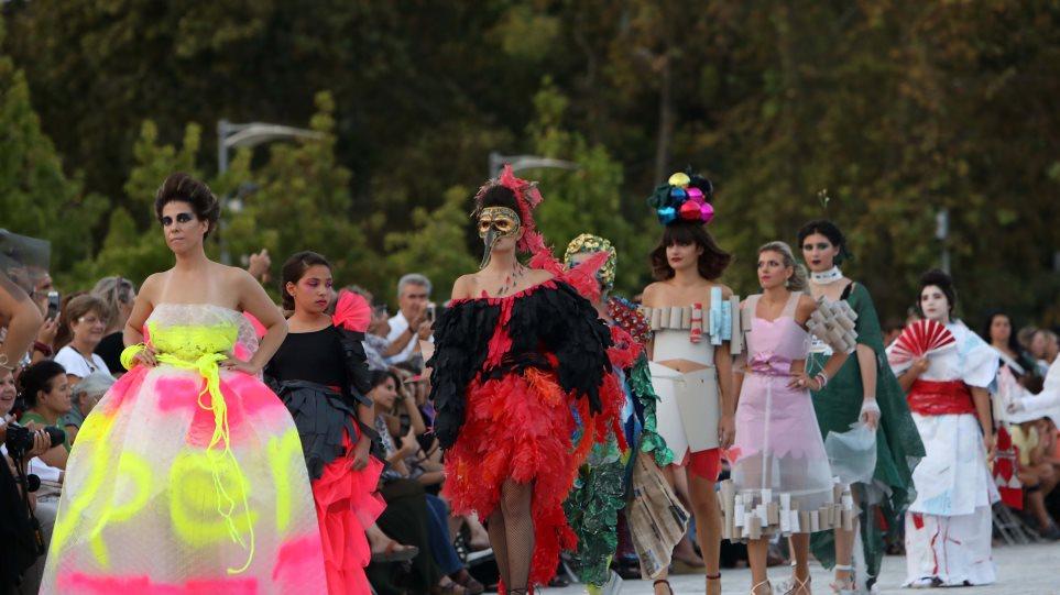 Επίδειξη μόδας με ρούχα από ανακυκλώσιμα υλικά στη Θεσσαλονίκη - Φωτογραφία 1