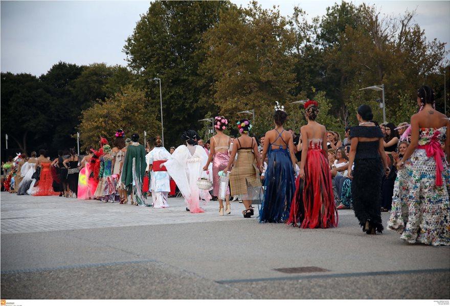 Επίδειξη μόδας με ρούχα από ανακυκλώσιμα υλικά στη Θεσσαλονίκη - Φωτογραφία 3