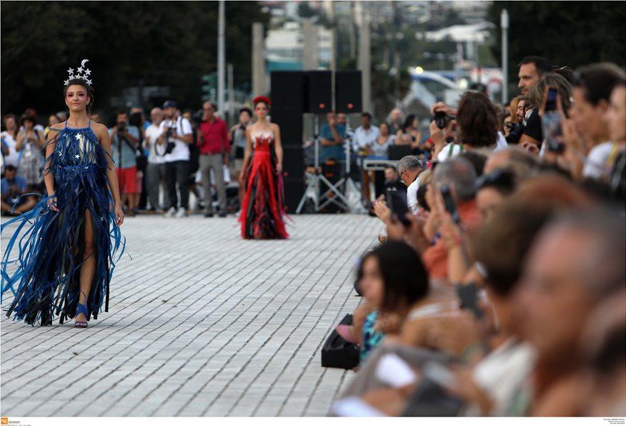 Επίδειξη μόδας με ρούχα από ανακυκλώσιμα υλικά στη Θεσσαλονίκη - Φωτογραφία 9