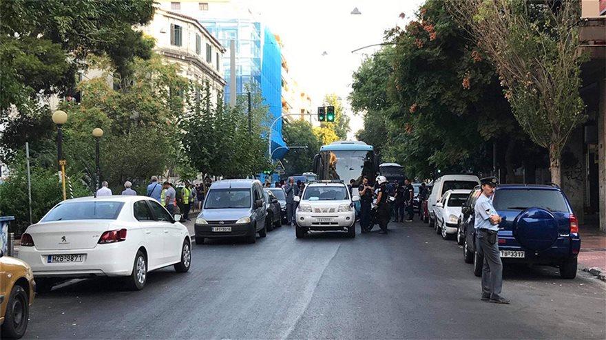 ΕΛΑΣ: Δείτε φωτογραφίες από Πρόσφυγες στην Αχαρνών - Βρήκαν και πιστόλια - Φωτογραφία 11